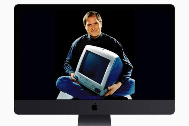 Какая разница во времени. Стив Джобс (вставка) с оригинальным iMac, как показано на iMac Pro 2017 года.