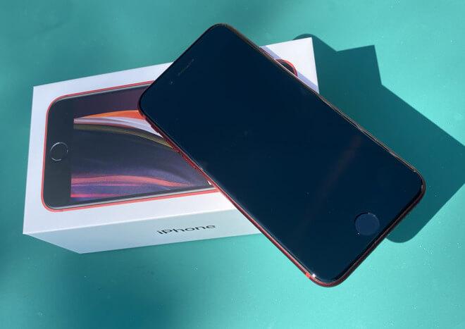Apple iPhone SE второго поколения со своей коробкой