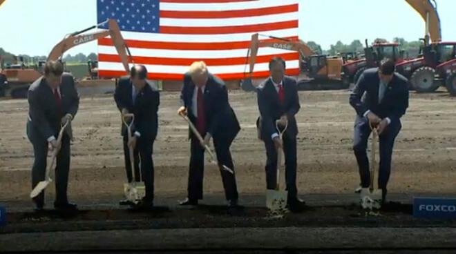 Президент Трамп (в центре) начинает работу на заводе Foxconn в июне 2018 года
