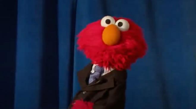 Elmo Сезам-стрит, ведущий HBO Max 'The Not-Too-Late Show с Elmo'