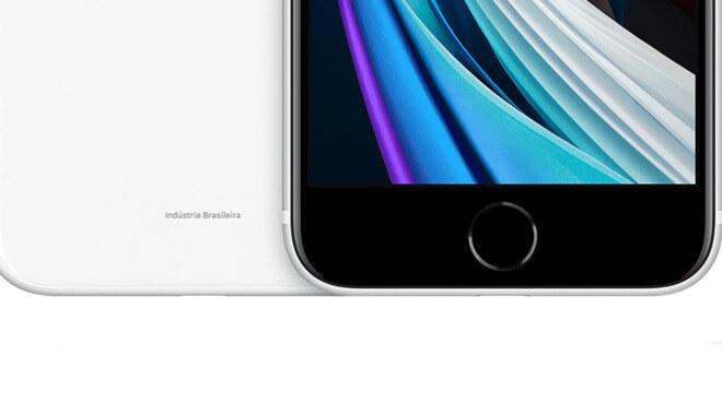Обратите внимание на текст в нижней части задней части белого iPhone SE.