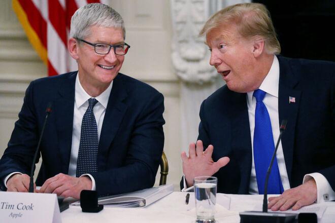 Президент Дональд Трамп сказал, что он говорил с генеральным директором Apple Тимом Куком в пятницу. Кредит: CNBC