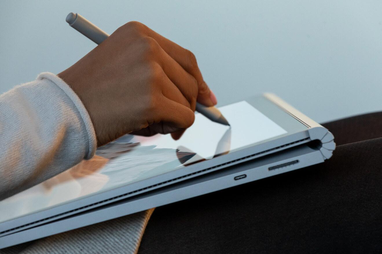 Клавиатура Surface Book 3 может быть прикреплена назад, сохраняя ее за экраном, пока она используется в качестве планшета
