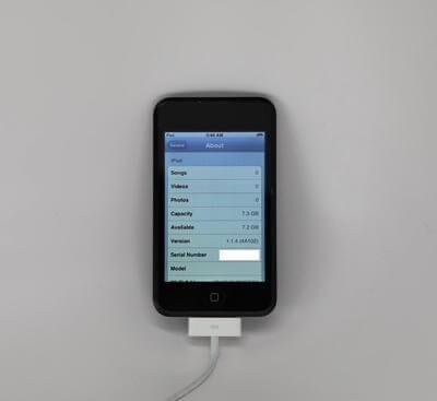 На снимках показан неизданный прототип первого поколения iPod touch с глянцевым черным дизайном