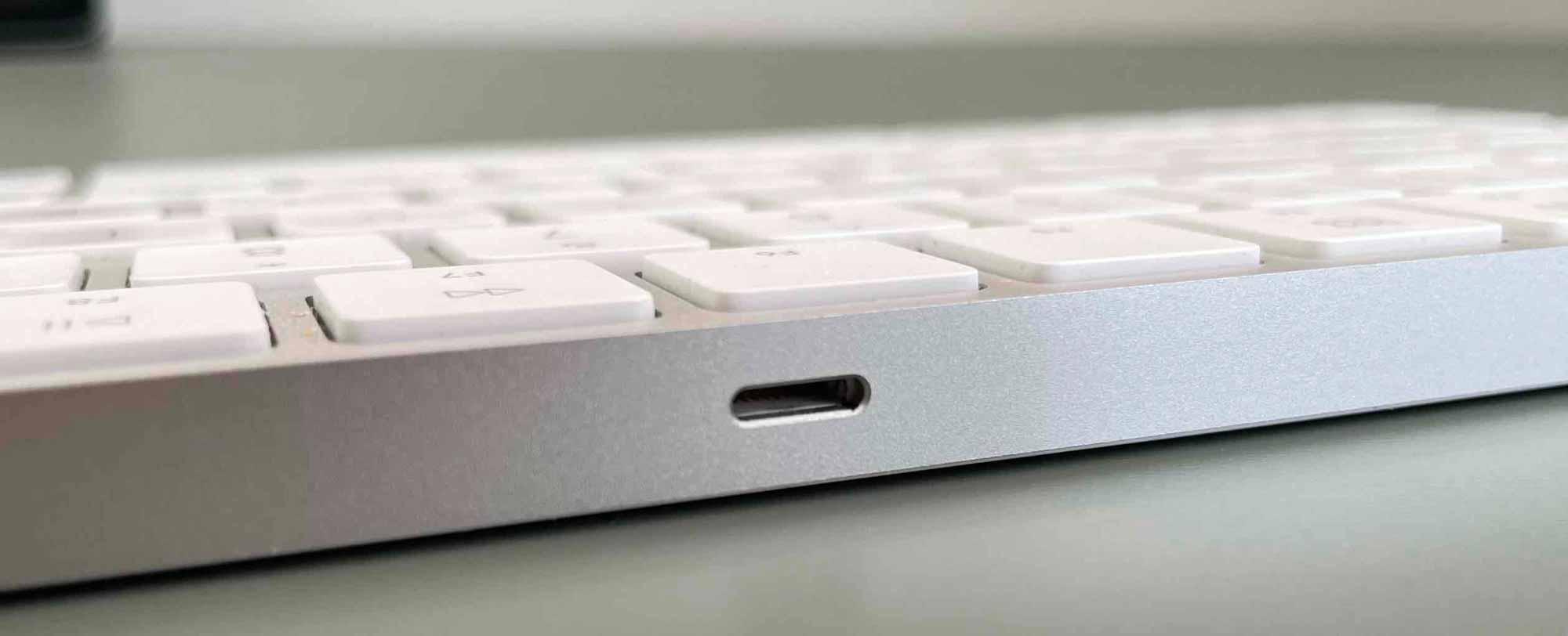 Зарядка новой клавиатуры Mac Magic Keyboard.