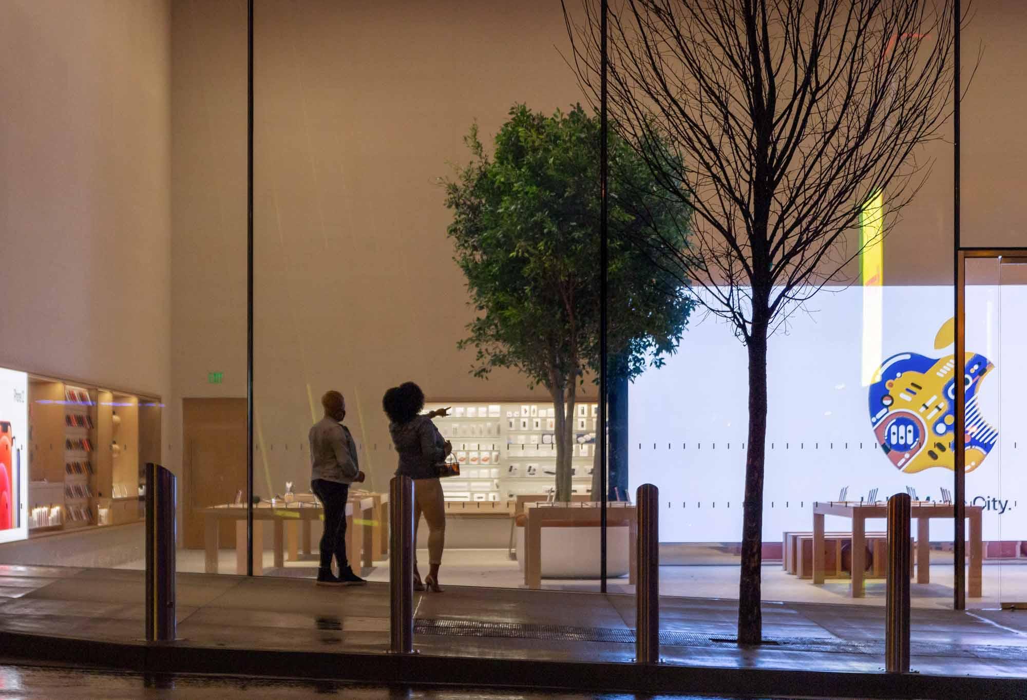 Люди смотрят в окна на Apple Downtown Nashville