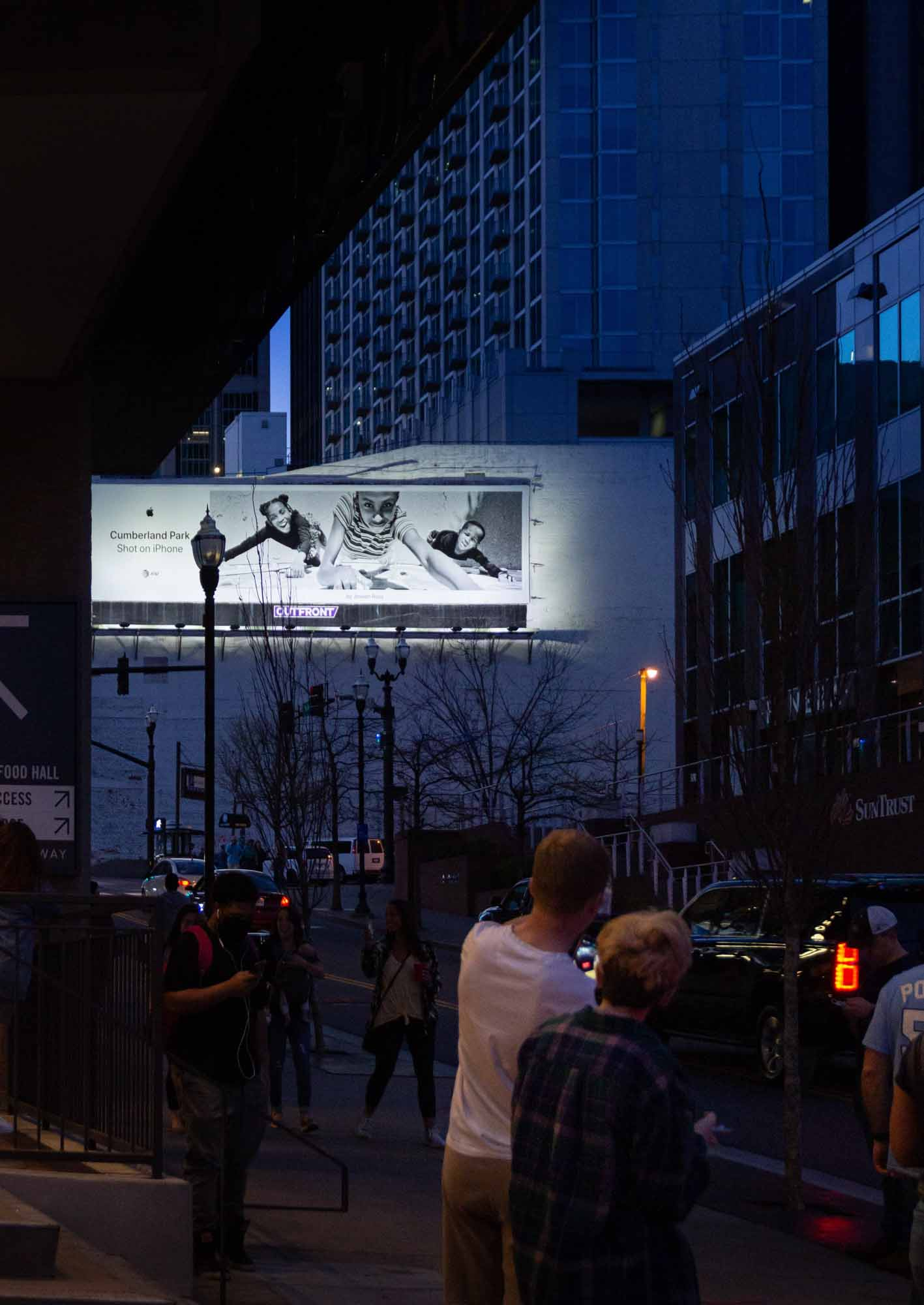 Снимок на рекламном щите iPhone рядом с Apple Downtown Nashville