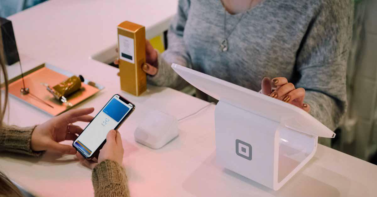 В Великобритании увеличен лимит бесконтактных платежей;  небольшое влияние Apple Pay