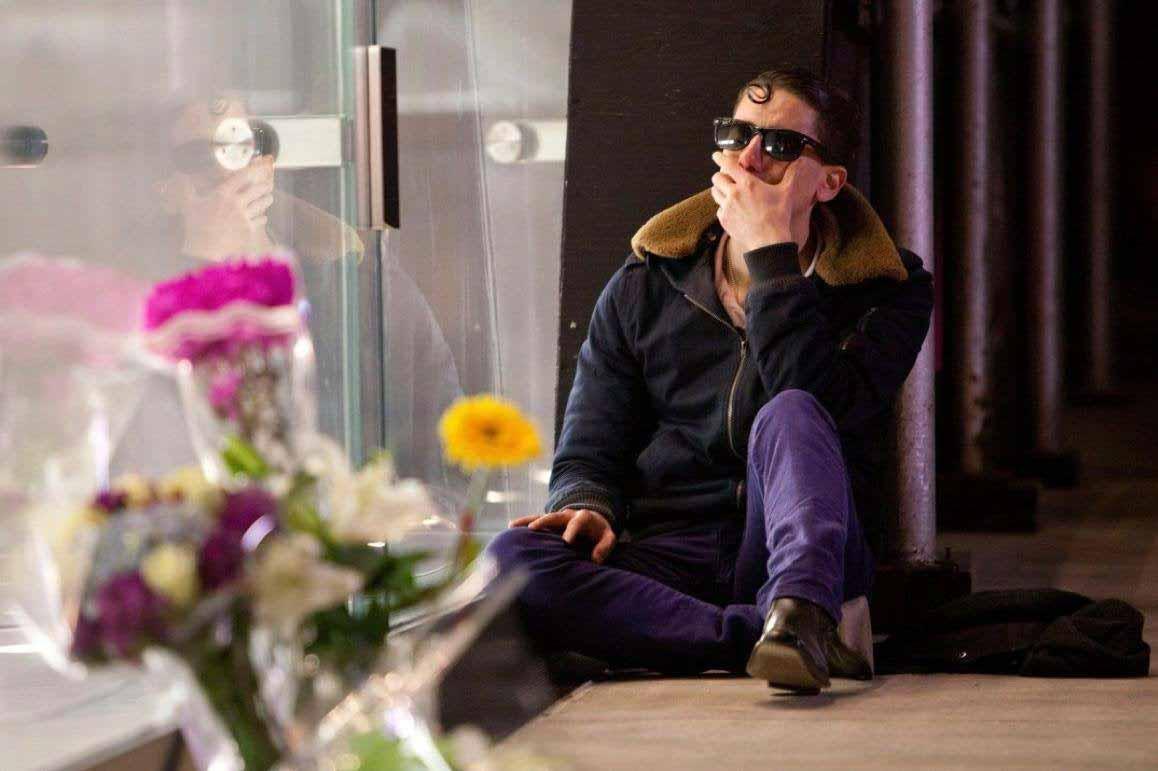 Мне тоже было грустно узнать о смерти Стива Джобса, но посмотрите на этого долбаного хипстера!  : фото