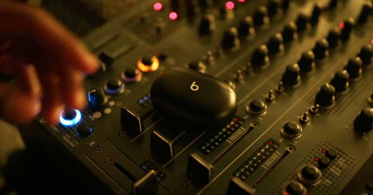 """Неанонсированные Beats Studio Buds засветились в новом клипе Родди Ричча """"Late At Night"""""""